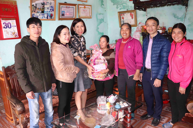 Trung tâm Y tế huyện Đầm Hà đến thăm, tặng quà Tết đối tượng khó khăn trên địa bàn huyện